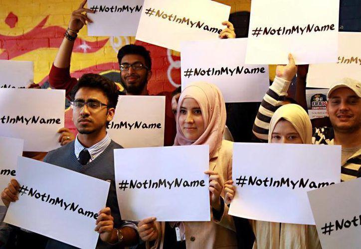 """Jóvenes levantan la voz con la campaña """"Not In My Name"""" (no en mi nombre), para demostrar que el grupo yihadista no representa a los musulmanes del mundo. (@SilvieRiaMeta)"""