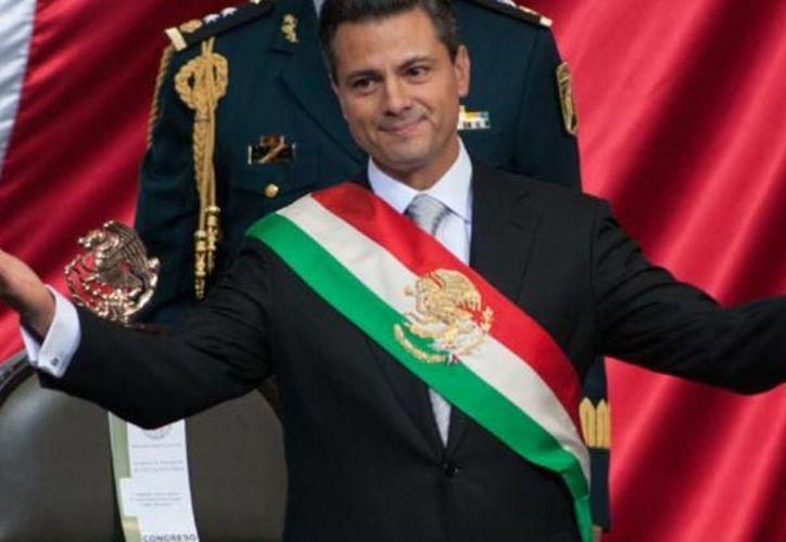 El Artículo 34 de la Ley sobre el Escudo, la Bandera y el Himno Nacional, señala que el color superior de la Banda Presidencial debe ser el rojo (Foto tomada de animalpolitico)