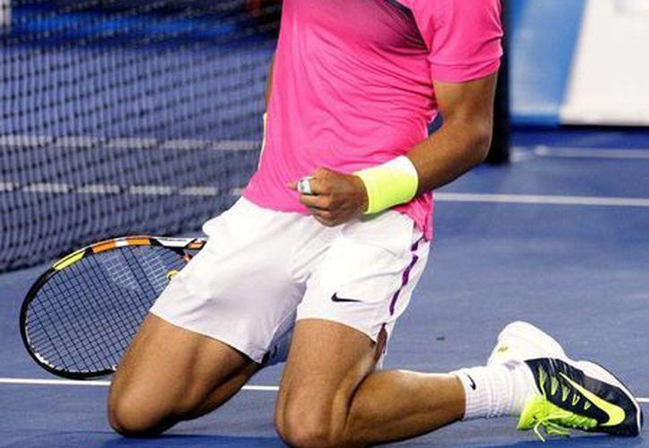 Literalmente de rodillas, Rafael Nadal 'pidió 'clemencia' en el partido que disputó este miércoles en el Abierto de Australia. Aquejado por dolencias físicas, el español sufrió para pasar sobre el clasificado 112o de 'ranking' de la ATP)