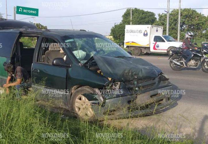 El camión invadió el carril y le cerró el paso a la Gran Caravan. (Novedades Yucatán)