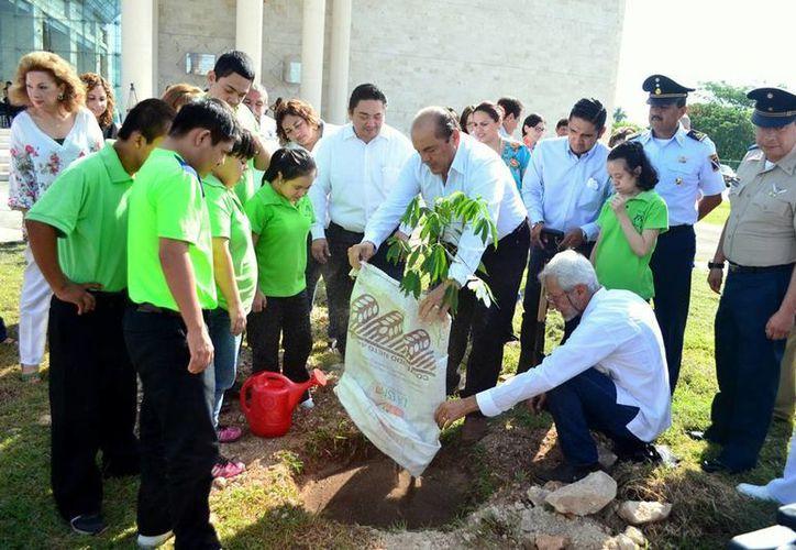 Autoridades y niños participaron en el programa de reforestación del poder judicial que pretende continuar como una política permanente de cuidado al medio ambiente (Milenio Novedades).