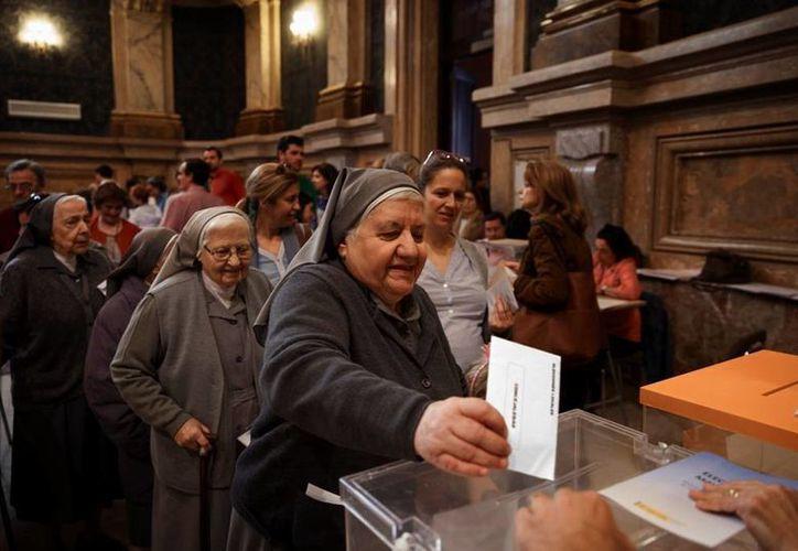 Los resultados de las cruciales elecciones en España serán divulgados a la media noche. (AP)