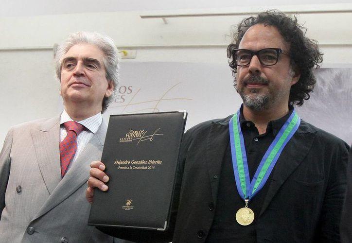 Iñárritu (d) con Rafael Tovar y de Teresa, presidente de Conaculta, tras recibir la distinción en la Universidad Veracruzana. (Notimex)