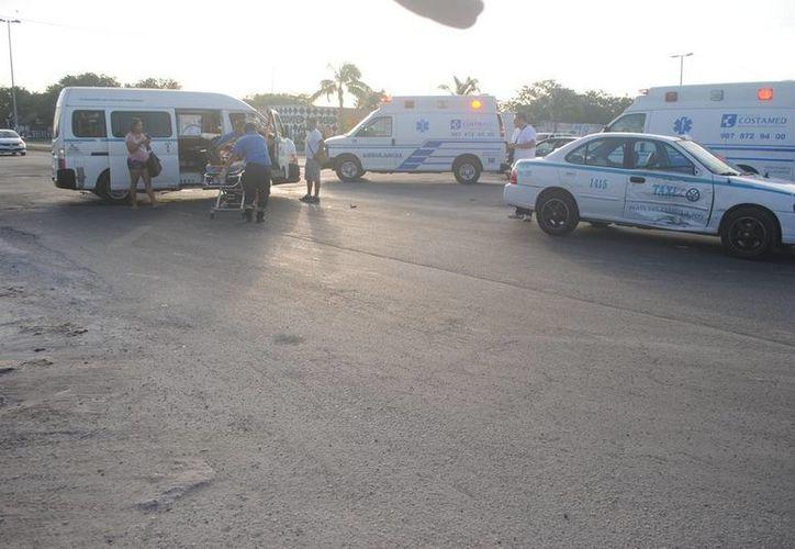 Un taxi y una urvan de transporte público chocaron ayer por la tarde en la avenida Constituyentes de Playa del Carmen. (Redacción/SIPSE)