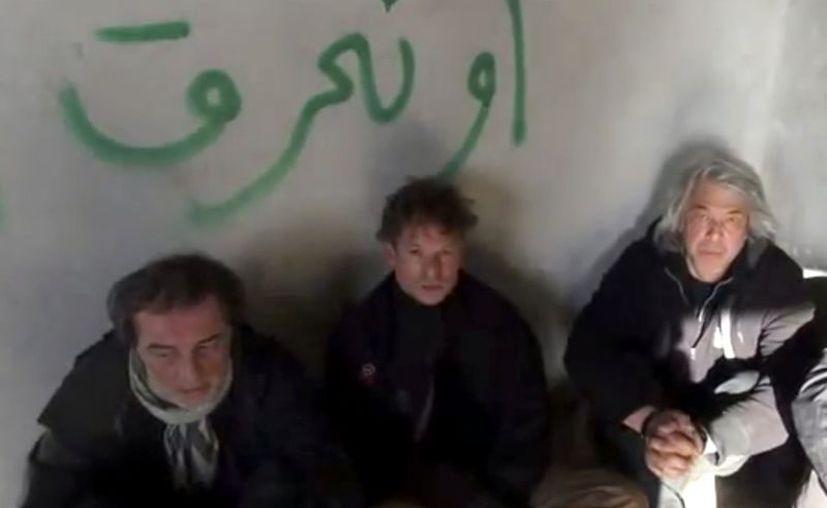 Esta imagen tomada de un vídeo aficionado sin fecha, publicada en Internet, muestra a Richard Engel (c) con un colega turco no identificado (izq) y el fotógrafo John Kooistra. (Agencias)