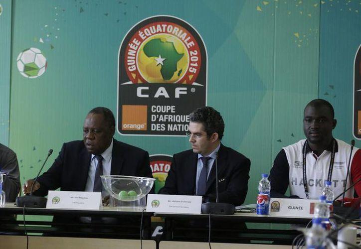 Funcionarios durante el sorteo que decidió el pase de Guinea a cuartos de final y al mismo tiempo la eliminación de Mali. (Foto: AP)