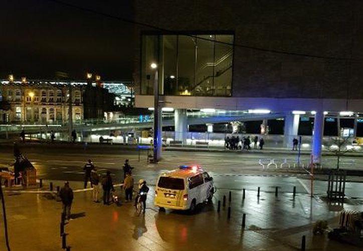 El hombre, que fue aprehendido por los agentes, ha sido ingresado a un hospital. (Contexto)