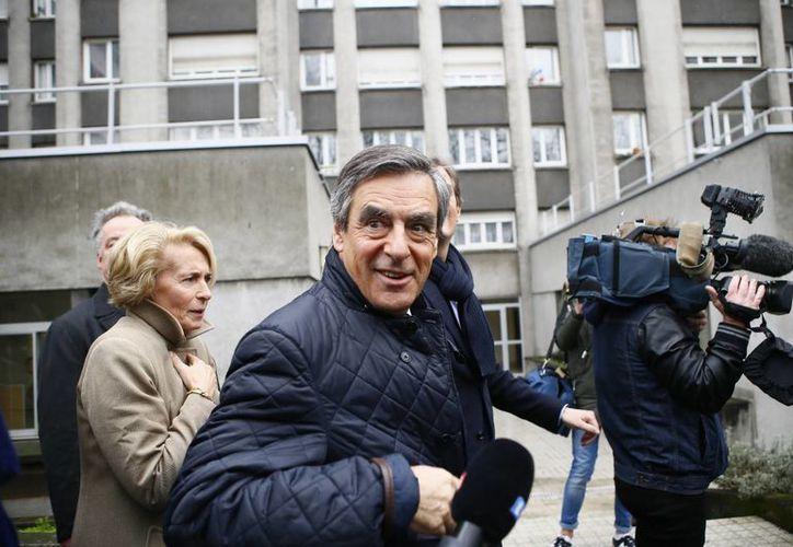 Francois Fillon era el puntero en las encuestas de las elecciones presidenciales francesas, hasta que estalló el escándalo de corrupción que lo involucra a él, su esposa y dos de sus hijos. (AP/Francois Mori)