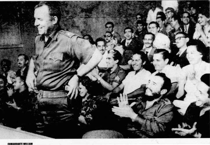 Fotografía de archivo sin fecha del estadounidense William Morgan al hablar delante del líder cubano Fidel Castro (d) que le aplaude. (Archivo/EFE)