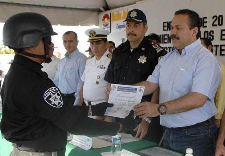Autoridades municipales han reconocido a los elementos que procuran el bienestar de la ciudadanía. (Redacción/SIPSE)