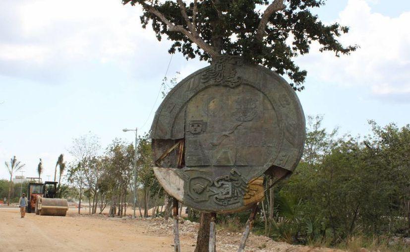 La Moneda resultó con daños luego de ser removida de la glorieta.  (Adrián Barreto/SIPSE)