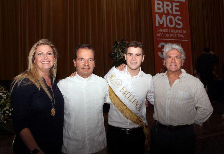 En la imagen Ana María García, el padre Alexander Pavicevic, Esteban José Ancona García, ganador de la Banda de Excelencia, y Mario Ancona Teigell. (Jóse Acosta/SIPSE)