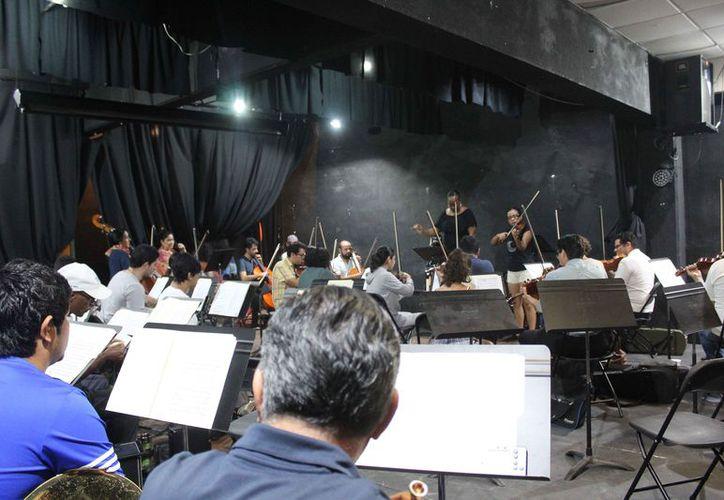 La Orquesta Sinfónica de Cancún ensayó en el auditorio de la Casa de la Cultura de Cancún. (Faride Cetina/SIPSE)
