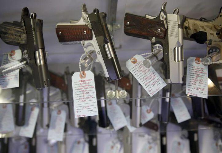El FBI reportó que batió un récord en el número de revisiones para comprar armamento. En la imagen, armas en venta en Bridgeton, Missouri. (Agencias)