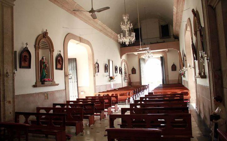 En su atrio se encuentra un Cristo Crucificado en el centro y a sus costados las imágenes de Santa Ana, a quien está consagrada la parroquia. (Jorge Acosta/Milenio Novedades)