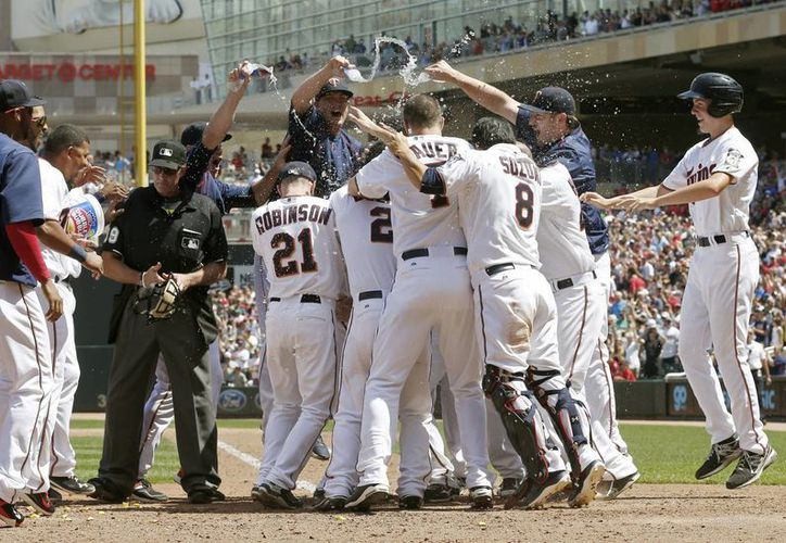 Mellizos de Minnesota celebran su victoria sobre Cardenales de San Luis en Grandes Ligas. (Foto: AP)