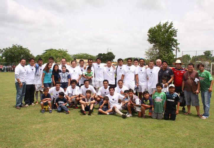 El equipo completo que ascendió a Primera Fuerza A. Arriba, acciones del encuentro final de ayer en la Unidad Deportiva Tamanché. (Marco Moreno/SIPSE)