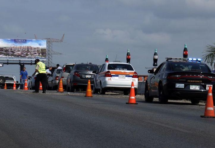Algunos percances menores se presentaron este martes en la zona del puente de salida a Progreso, ante los cambios que provocó el cierre del mismo. (José Acosta/Milenio Novedades)