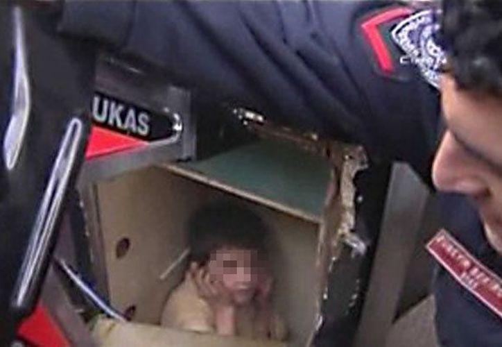 El niño intentó salir de la caja pero se dio cuenta que estaba encerrado, fue rescatado por bomberos. (Foto: Cadena 3)