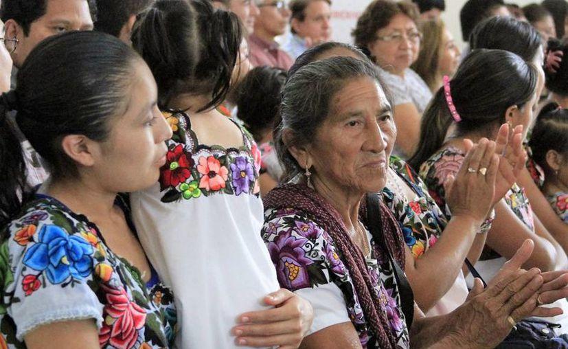 Artistas que exponen sus obras en Felipe Carrillo Puerto piden que no se deje morir todo lo referente a la cultura maya. (Carlos Horta/SIPSE)