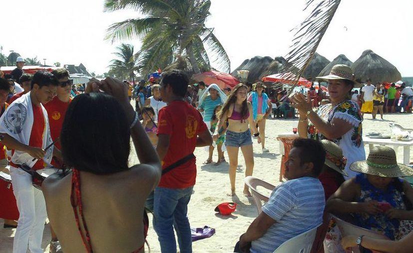 A ritmo de batucada, vacacionistas aprovechan jornada de playa. (Manuel Pool/SIPSE)