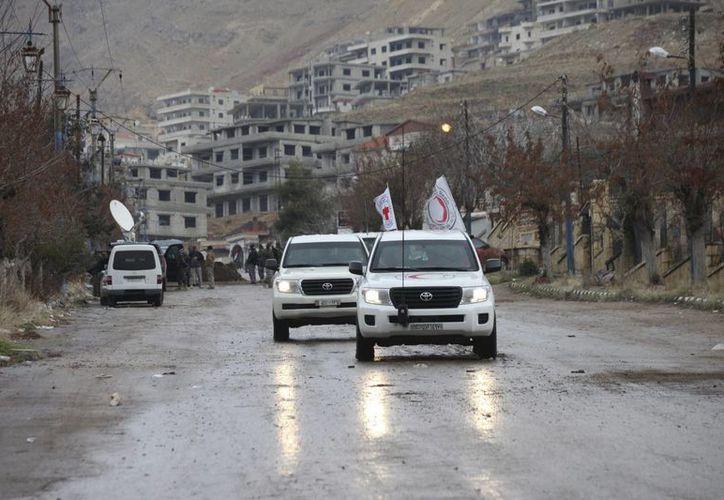 Un convoy de ayuda humanitaria a la entrada de la sitiada localidad de Madaya a unos 24 km de Damasco Siria. (Archivo/EFE)