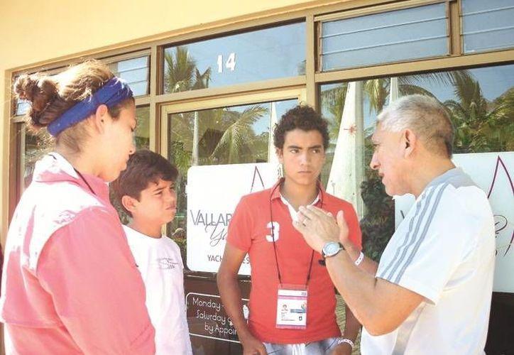 El director del IDEY, Juan Sosa, platica con los veleristas yucatecos. (SIPSE)