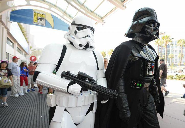 Dos fans de Star Wars caracterizados como personajes de la cinta asisten a la Convención del Comic en San Diego, California, el pasado 23 de julio de 2016. (AP/Denis Poroy/Invision)