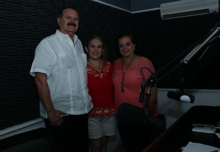 Jorge Barrera y Esperanza Nieto flanquean a su invitada, la angeloterapeuta Aracely Ibarra Juárez. (Jorge Acosta/Milenio Novedades)