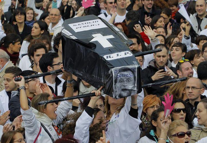 La crisis que vive España ha motivado diversas protestas de los ciudadanos, como ésta del pasado domingo en Madrid. (Agencias)