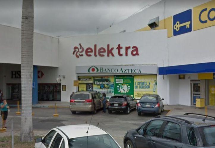 Los hechos se originaron en noviembre de 2015, cuando el indiciado abrió una cuenta de inversión para una clienta, en el Banco Azteca de Plaza Dorada. (Google Maps)