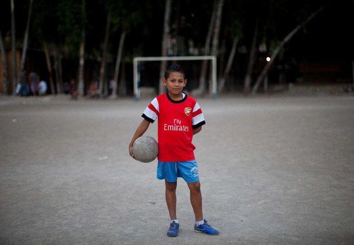 A sus 11 años de edad, Maynor Ayala sólo ve dos maneras de salir de los barrios de Tegucigalpa, Hondures, controlados por pandillas: jugando en un equipo de futbol profesional o en un ataúd barato. (AP)