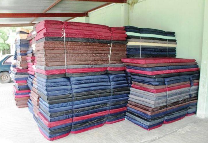 Unas tres mil colchonetas y cuatro mil cobertores serán repartidos en los albergues para la Uzafra en la ribera del río Hondo. (Edgardo Rodríguez/SIPSE)