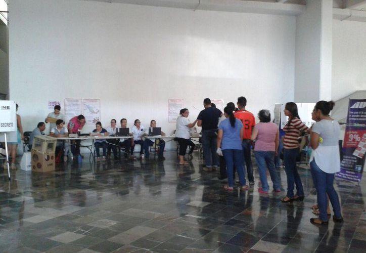 Al comenzar las votaciones ya se registraba una fila de 15 personas. (Paloma Wong/SIPSE)