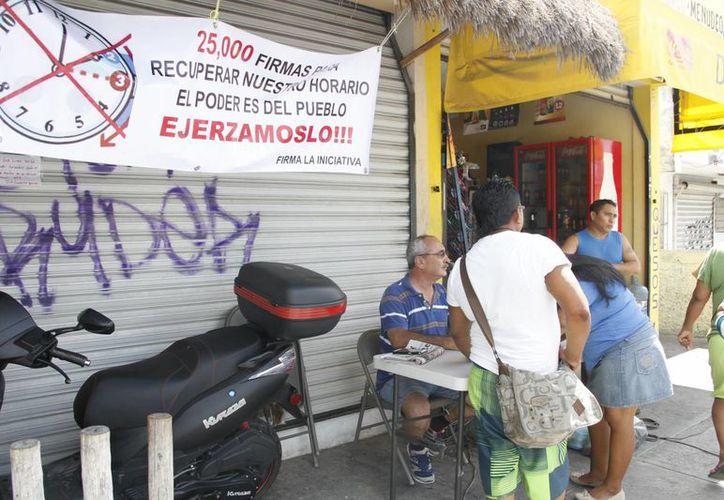 Los ciudadanos, quienes se han instalado en áreas públicas, han acumulado un total de cuatro mil firmas. (Tomás Álvarez/SIPSE)