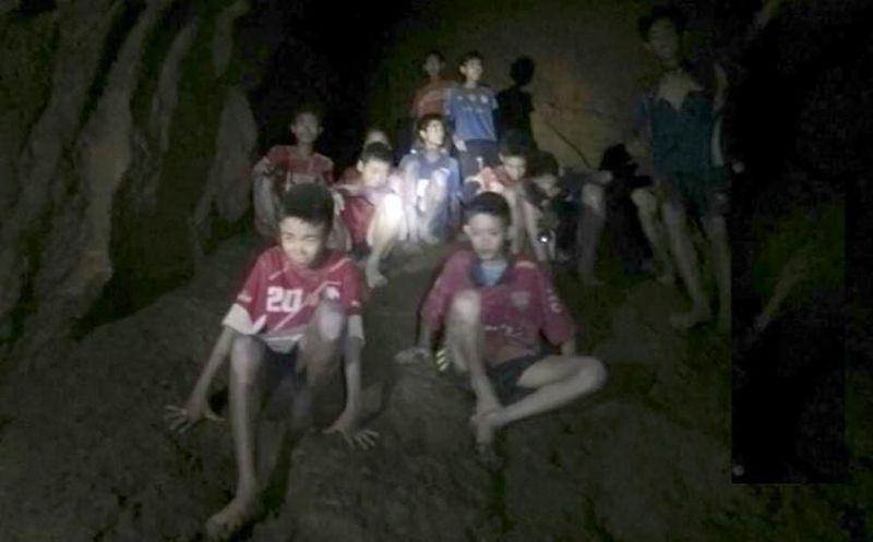 Realizan más de 100 perforaciones para sacar a niños de cueva — Tailandia