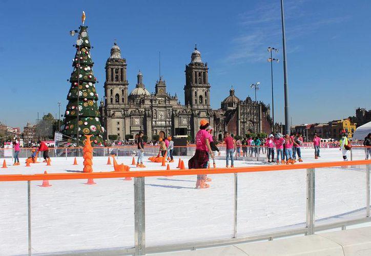 El jefe de Gobierno de la CdMx, Miguel Mancera, inauguró este sábado la pista de hielo del Zócalo, que permanecerá abierta al público hasta el 8 de enero. (Notimex)