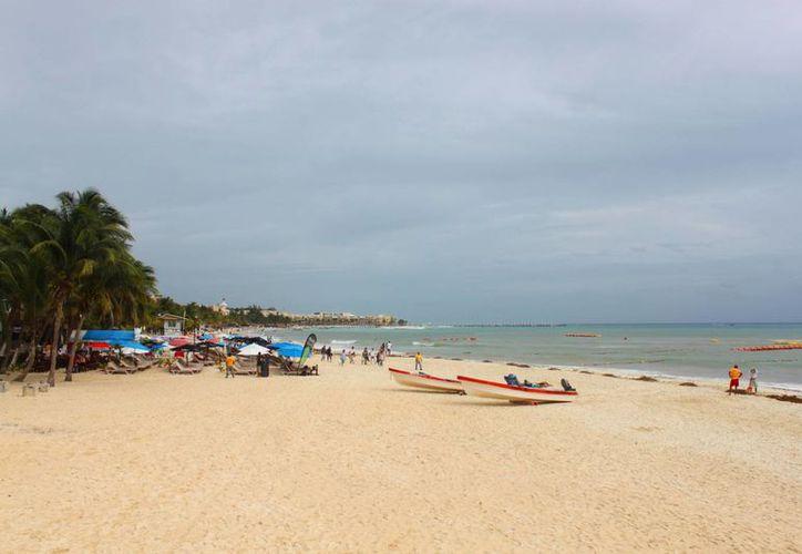 Los fuertes vientos y el descenso de la temperatura alejaron a los visitantes de las costas de Playa del Carmen. (Daniel Pacheco/SIPSE)
