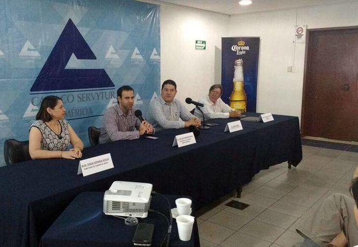 Representantes de la aerolínea Aerounión y la Canacome ofrecieron una conferencia de prensa para presentar el nuevo vuelo de carga vía Mérida-Miami. (Candelario Robles/Milenio Novedades)
