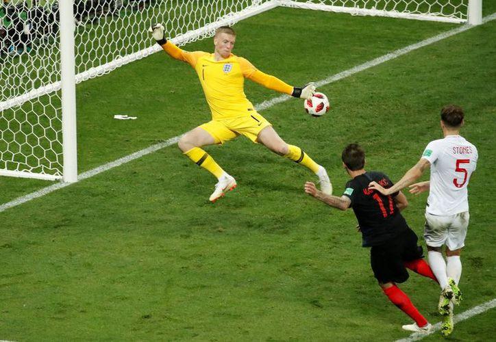 Mandzukic al momento de fulminar al arquero Pickford y las esperanzas de los ingleses (Foto: Twitter @24HDeportes TVN)