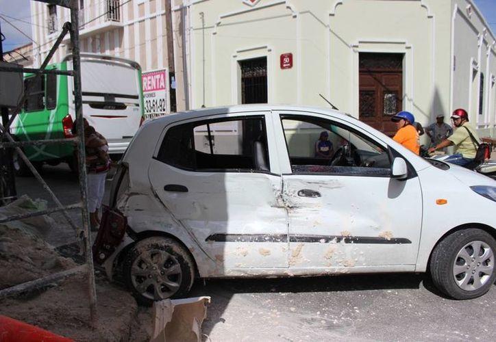 Una silla porta bebé evitó que un bebé sufriera heridas graves o incluso la muerte, pues iba dentro de un auto compacto que chocó contra un autobús en el centro de Mérida. (Foto cortesía del Ayuntamiento de Mérida)