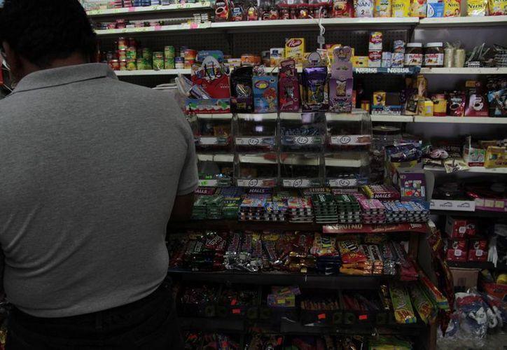 El alza detonará que los consumidores dejen de comprar en los pequeños comercios. (Victoria González/SIPSE)