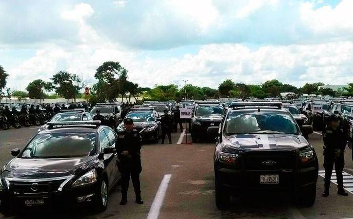 El Gobierno entregó más de 500 vehículos a las policías municipales y estatal y cuerpos de emergencia. (Luis Fuente/SIPSE)