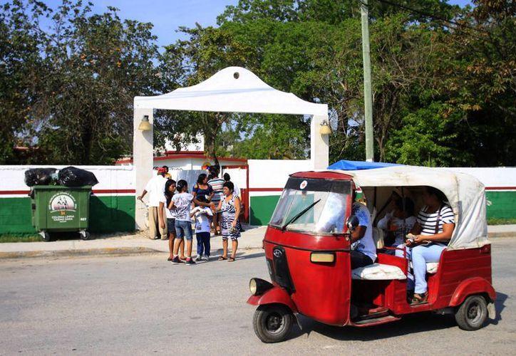 La autoridad electoral se acercó a dialogar con la dirección de la escuela primaria donde se instalarán las casillas. (Harold Alcocer/SIPSE)