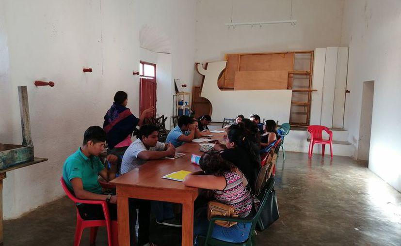 Los estudiantes no cuentan con el mobiliario adecuado para tomar clases. (Paola Chiomante/SIPSE)