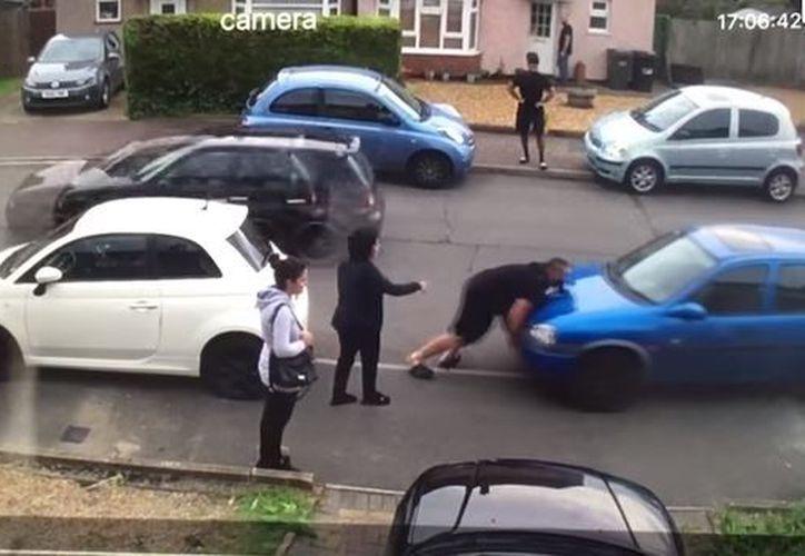 El joven de 23 años, levantó el automóvil y lo movió unos metros. (Foto: Captura)