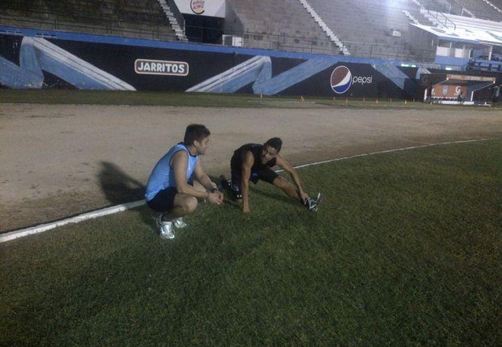 El nuevo ciervo, el delantero Jair García realiza un estiramiento. (SIPSE)