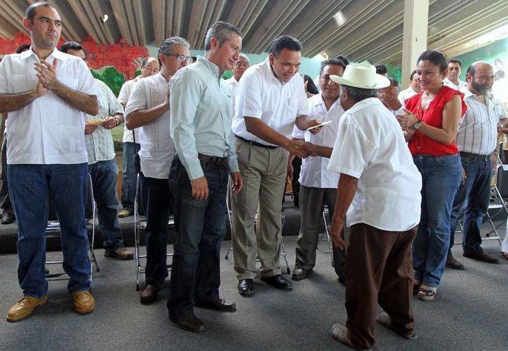 El gobernador Rolando Zapata Bello entregó apoyos a campesinos por cerca de un millón de pesos. (Milenio Novedades)