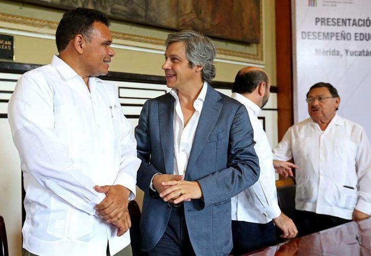 Rolando Zapata con el presidente de Mexicanos Primero A.C., Claudio X. González Guajardo durante el evento en el Salón de la Historia, en Mérida. (Milenio Novedades)
