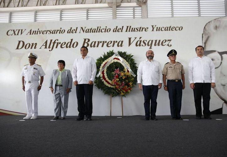Autoridades, encabezadas por el gobernador Rolando Zapata Bello, montan guardia de honor en memoria del ilustre yucateco Alfredo Barrera Vásquez. (SIPSE)
